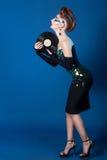 Κοσμική γυναίκα με το λεύκωμα μουσικής Στοκ Φωτογραφίες