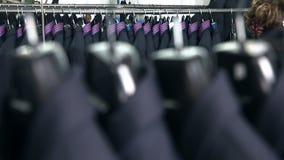Κοστούμι ατόμων ` s στο εργαστήριο ραφτών ` s απόθεμα βίντεο