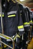 Κοστούμι και εξοπλισμός πυροσβεστών έτοιμοι για τη λειτουργία Στοκ εικόνες με δικαίωμα ελεύθερης χρήσης