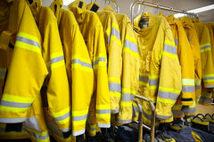 Κοστούμι και εξοπλισμός πυροσβεστών έτοιμοι για τη λειτουργία Στοκ Φωτογραφίες