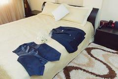 Κοστούμι και μπουτονιέρα νεόνυμφου Στοκ Φωτογραφία