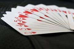 Κοστούμι καρδιών των καρτών στο κατασκευασμένο υπόβαθρο στοκ εικόνες