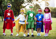 Κοστούμι Superhero ένδυσης παιδιών υπαίθρια Στοκ φωτογραφία με δικαίωμα ελεύθερης χρήσης