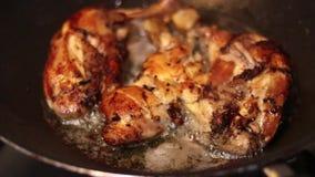 Κοτόπουλο ισχίων που τηγανίζεται στο τηγάνι - εγχώρια τρόφιμα απόθεμα βίντεο