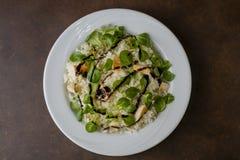Κοτόπουλο και ρύζι με τη σαλάτα valeriana Στοκ εικόνες με δικαίωμα ελεύθερης χρήσης