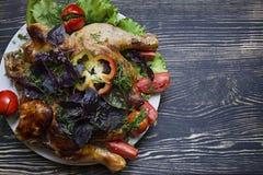 Κοτόπουλο καπνών και φρέσκα λαχανικά στοκ φωτογραφίες
