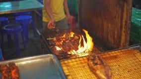 Κοτόπουλο μαγείρων αρχιμαγείρων saute στη σχάρα στην αγορά τροφίμων φιλμ μικρού μήκους