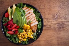 Κοτόπουλο με τη σαλάτα φραουλών, αβοκάντο, arugula, βασιλικού, μεντών και γλυκού καλαμποκιού στοκ εικόνες με δικαίωμα ελεύθερης χρήσης