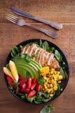 Κοτόπουλο με τη σαλάτα φραουλών, αβοκάντο, arugula, βασιλικού, μεντών και γλυκού καλαμποκιού στοκ εικόνες