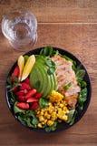 Κοτόπουλο με τη σαλάτα φραουλών, αβοκάντο, arugula, βασιλικού, μεντών και γλυκού καλαμποκιού στοκ εικόνα με δικαίωμα ελεύθερης χρήσης