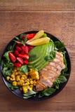 Κοτόπουλο με τη σαλάτα φραουλών, αβοκάντο, arugula, βασιλικού, μεντών και γλυκού καλαμποκιού στοκ φωτογραφία με δικαίωμα ελεύθερης χρήσης