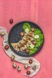 Κοτόπουλο με το μέλι και τη μουστάρδα souse, μαρούλι, αυγά ορτυκιών, ντομάτες κερασιών στοκ εικόνα