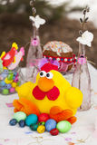 Κοτόπουλο παιχνιδιών Πάσχας με τα ζωηρόχρωμα αυγά Πάσχας Στοκ Φωτογραφίες