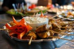 κοτόπουλο που βυθίζει τα ψημένα στη σχάρα οβελίδια σάλτσας Στοκ εικόνες με δικαίωμα ελεύθερης χρήσης