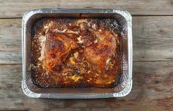 Κοτόπουλο, τρόφιμα, σχάρα, bbq, μεσημεριανό γεύμα, νόστιμα πόδια κοτόπουλου με το δεντρολίβανο που ψήνεται στο φούρνο, τοπ άποψη, Στοκ Εικόνα