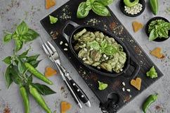 Κοτόπουλο ψητού με τα καρύδια σάλτσας και πεύκων pesto σε ένα τηγάνι χυτοσιδήρου στοκ φωτογραφία