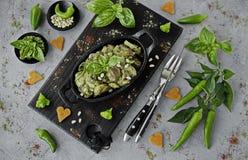 Κοτόπουλο ψητού με τα καρύδια σάλτσας και πεύκων pesto σε ένα τηγάνι χυτοσιδήρου στοκ φωτογραφία με δικαίωμα ελεύθερης χρήσης