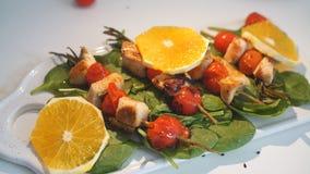 Κοτόπουλο kebabs που εξυπηρετείται με το κεράσι και την πρασινάδα ντοματών φιλμ μικρού μήκους