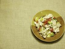 Κοτόπουλο Ried με το κόκκινο και κίτρινο πιπέρι κουδουνιών στοκ εικόνα με δικαίωμα ελεύθερης χρήσης
