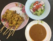 Κοτόπουλο Satay με τη σάλτσα φυστικιών και την πικάντικη σαλάτα αγγουριών στοκ φωτογραφία