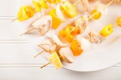 Κοτόπουλο shish kebab στο άσπρο άσπρο υπόβαθρο πιάτων Στοκ φωτογραφίες με δικαίωμα ελεύθερης χρήσης