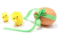 Κοτόπουλα και αυγό Πάσχας με την πράσινη κορδέλλα. Άσπρο υπόβαθρο Στοκ φωτογραφίες με δικαίωμα ελεύθερης χρήσης