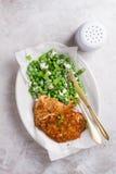 Κοτόπουλο ή χοιρινό κρέας schnitzel με το τυρί και τη σαλάτα μπιζελιών στοκ εικόνες