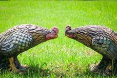 Κοτόπουλο αγαλμάτων (κόκκορας πάλης) στη χλόη στο ναό Ταϊλάνδη Στοκ Εικόνα