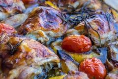Κοτόπουλο λεμονιών με τις ντομάτες δεντρολιβάνου και κερασιών Στοκ Εικόνες