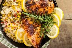 Κοτόπουλο λεμονιών με το ρύζι και το ψημένο καλαμπόκι Στοκ Εικόνα