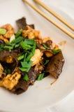 Κοτόπουλο και ξύλινο πιάτο μανιταριών αυτιών Στοκ φωτογραφία με δικαίωμα ελεύθερης χρήσης