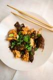 Κοτόπουλο και ξύλινο πιάτο μανιταριών αυτιών Στοκ Φωτογραφία