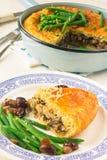 Κοτόπουλο και πίτα μανιταριών με τα λαχανικά Στοκ εικόνα με δικαίωμα ελεύθερης χρήσης