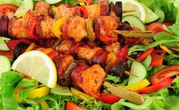 Κοτόπουλο και πικάντικο Chorizo Kebabs με το υπόβαθρο σαλάτας Στοκ Εικόνα
