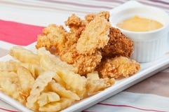 Κοτόπουλο και τηγανητά με την ξινή εμβύθιση κρέμας Στοκ Εικόνες