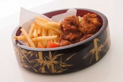 Κοτόπουλο και τηγανιτές πατάτες Στοκ Εικόνες