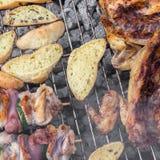 Κοτόπουλο και ψωμί στη σχάρα στοκ φωτογραφίες