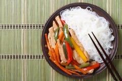 Κοτόπουλο με τα λαχανικά και τα νουντλς ρυζιού Τοπ όψη Στοκ φωτογραφίες με δικαίωμα ελεύθερης χρήσης