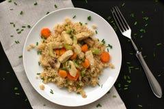 Κοτόπουλο με τα λαχανικά και το κουσκούς, overhaead άποψη Στοκ φωτογραφίες με δικαίωμα ελεύθερης χρήσης