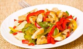 Κοτόπουλο με τα γλυκά πιπέρια και τα μανιτάρια στοκ εικόνα
