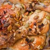 Κοτόπουλο με τα σιτάρια μελιού και κολοκύθας Στοκ Φωτογραφίες