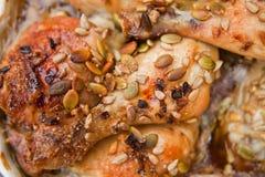 Κοτόπουλο με τα σιτάρια μελιού και κολοκύθας Στοκ εικόνες με δικαίωμα ελεύθερης χρήσης