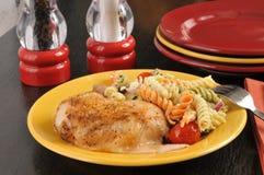 Κοτόπουλο με τη σαλάτα ζυμαρικών στοκ φωτογραφία με δικαίωμα ελεύθερης χρήσης