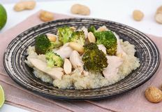 Κοτόπουλο με το brocoli, το φυστίκι και quinoa Στοκ εικόνα με δικαίωμα ελεύθερης χρήσης