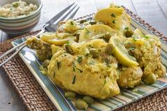 Κοτόπουλο που εξυπηρετείται μαροκινό με το κουσκούς Στοκ εικόνα με δικαίωμα ελεύθερης χρήσης