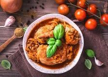 Κοτόπουλο που μαγειρεύεται με τη τοπ άποψη ντοματών στοκ εικόνες