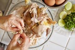 κοτόπουλο που τεμαχίζεται Στοκ Εικόνες