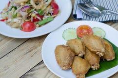 Κοτόπουλο που τηγανίζεται στην άσπρη σαλάτα πιάτων και papaya Στοκ Εικόνα