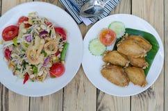 Κοτόπουλο που τηγανίζεται στην άσπρη σαλάτα πιάτων και papaya Στοκ εικόνες με δικαίωμα ελεύθερης χρήσης