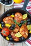 κοτόπουλο που τηγανίζεται Τηγανισμένα πόδια κοτόπουλου με το λεμόνι και τις ελιές Στοκ φωτογραφίες με δικαίωμα ελεύθερης χρήσης